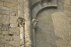Eglise Saint-Pierre - Deutsch: Kirche Saint-Pierre in Pujols (Gironde) im Département Gironde (Région Aquitaine/Frankreich), Kapitelle an der Außenfassade
