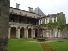 Ancien prieuré bénédictin - English: La Réole (Gironde, Fr), courtyard of the Abbey