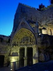 Eglise souterraine monolithe (ancienne église paroissiale Saint-Emilion) - Français:   Entrée de l\'église monolithe située sur la commune de Saint-Émilion (Gironde) illuminée en début de soirée.  Orientée nord-ouest / sud-est, elle a été creusée dans la roche calcaire entre le XI ème et le XIII ème siècle.  Pour découvrir la plus vaste église monolithe d\'europe, suivez une visite guidée proposées par l'Office de Tourisme de la ville.