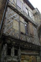 Porte, dite de la Cadène, et maison à pans de bois attenante - English: Wooden house next to