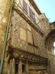 Porte, dite de la Cadène, et maison à pans de bois attenante - Français:   maison XVIè siècle et porte de la Cadène, St-Emilion (33), France