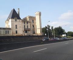 Ancien château - English: Château des Archevêques also named Château du Prince Noir. Lormont (Gironde, France). Seen from the highway A630.