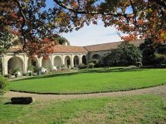 Château de Sourdis - Удмурт: Cour intérieur du château de Gaujacq, vue partielle.