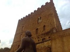 Ancien Donjon de Lacataye - Français:   Vue du donjon Lacataye en contre-plongée depuis la terrasse des musées à Mont-De-Marsan
