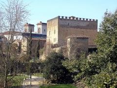 Ancien Donjon de Lacataye - Français:   Mont-de-Marsan, vue sur le donjon Lacataye le long du Midou et l\'église de la Madeleine en arrière plan.
