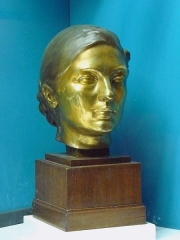 Ancien Donjon de Lacataye - English: Bust of Jane Poupelet, by Lucien Schnegg