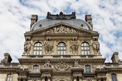 Ancien moulin à vent -  Le palais du Louvre à Paris.