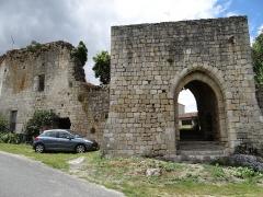 Restes de l'ancien château - Français:   Château de Frespech - Porte du rempart