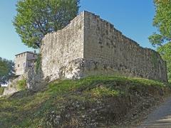 Ruines du château féodal - Français:   Château de Madaillan - Remparts bas dans l\'angle sud-est du château