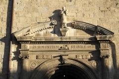 Eglise Saint-Vincent - Deutsch: Kirche Saint-Vincent in Ciboure im Département Pyrénées-Atlantiques (Region Aquitaine-Limousin-Poitou-Charentes/Frankreich), Skulptur des hl. Vinzenz über dem Hauptportal