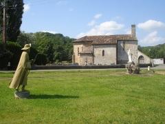Eglise Sainte-Marie-Madeleine - English: L'Hôpital-d'Orion (Pyr-Atl, Fr) church and statue of a pilgrim