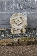 Eglise Saint-Fructueux - English: Stèle sur le côté de l'église