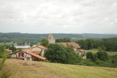 Eglise Notre-Dame -  Lahonce, l'abbaye de chanoines de Prémontré, actuellement église paroissiale de l'Assomption-de-la-Bienheureuse-Vierge-Marie et mairie, se détachant sur l'Adour.