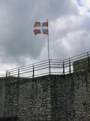 Vieux Château de Mauléon - English: Basque flag on the ramparts of the castle of Mauléon-Licharre, (Pyrénées-Atlantiques, France).