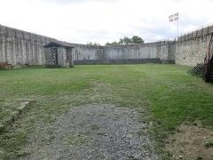 Vieux Château de Mauléon - English: Interior yard wiew to South-West of the castle of Mauléon-Licharre, (Pyrénées-Atlantiques, France).