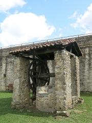 Vieux Château de Mauléon - English: Water well in the interior yard of the castle of Mauléon-Licharre, (Pyrénées-Atlantiques, France).