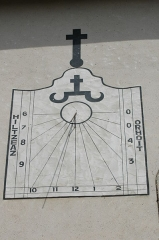 Eglise Saint-Cyprien - English: Sundial on the 15th c. church in the Lekorne district, in Mendionde, Pyrénées-Atlantiques, France.