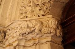 Eglise Saint-Girons - Français:   Personnage avec bâton, deux soldats se combattant, l\'un transperçant l\'autre de son épée. A droite personnage pésentant un livre