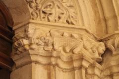 Eglise Saint-Girons - Français:   A gauche, personnage présentant un livre, visage couché, sirène
