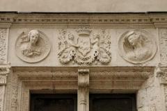 Domaine national du château de Pau ou château Henri IV - Détail d'une fenêtre dans la cour, surmontée des armes du Béarn