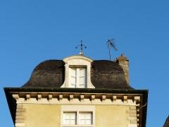 Ancien Hôtel de Peyré ou maison dite de Sully - Français:   Lucarne de l\'hôtel de Peyré, 2 rue du Château, Pau, Pyrénées-Atlantiques, France.