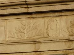 Ancien Hôtel de Peyré ou maison dite de Sully - Français:   Décor du portail de l\'hôtel de Peyré, 2 rue du Château, Pau, Pyrénées-Atlantiques, France.