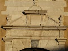 Ancien Hôtel de Peyré ou maison dite de Sully - Français:   Tympan du portail de l\'hôtel de Peyré, 2 rue du Château, Pau, Pyrénées-Atlantiques, France.