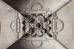 Fortifications protohistoriques (également sur commune de Saint-Martin-d'Arrossa) -  Le palais du Louvre à Paris.