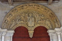 Eglise Saint-André - English:  Key pending Tympanum: Christ in Majesty in a mandorla surrounded by the tetramorph and the celestial concert and worship of angels. key-pendan Tympanum of the church of Saint Andrew: tetramorph surrounded the heavenly concert on the archivolt.