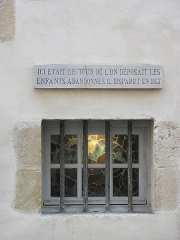 Maison dite de Dagourette ou Musée Basque - English: Window of the Basque museum in Bayonne (Pyrénéees-Atlantiques, France). Was there a round platform for abandon of babies. The text is: Here was the tour where a mother might leave her baby to abandon him. It disappeared in 1867. This process granted anonymity to the mother and fighted baby murders for hungry reasons.