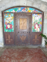 Eglise Saint-Laurent - English: Arbonne (Pyr-Atl., Fr) stained glass and wood reliefs under the church portal