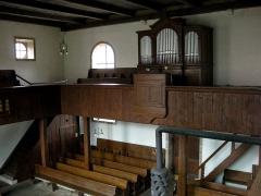 Eglise protestante de Fouday -  Église de Fouday (Bas-Rhin), orgue construit en 1890 par Franz Kriess, réparé en 1949 par Georges Schwenkedel et en 1963 par la manufacture Muhleisen; relevage en 1995 par Richard Dott; au premier plan en bas un ancien poêle De Dietrich.