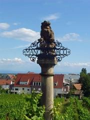 Ancien Hôtel Marco - Français:   Colonne commémorative en grès, du 19e s., érigée dans le clos de vigne dit \