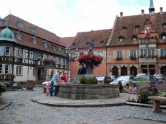 Hôtel de ville - Français:   Barr, comm. du dép. du Bas-Rhin, France (région Alsace). Place de l\'Hôtel de ville, angle sud-ouest. À droite: hôtel de ville.