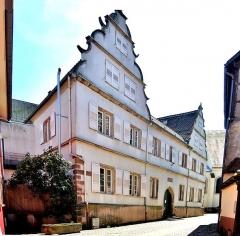 Hôpital - Français:   Façade de l\'ancien hôpital de Benfeld. Bas-Rhin