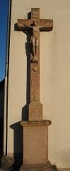 Eglise catholique Saint-Louis -  Croix de mission datée de 1768 adossée à l'église Saint-Louis à Birkenwald (Bas-Rhin).