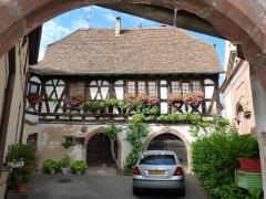 Corps de garde et maison - Français:   La Ratstube, maison en pan de bois de 1626