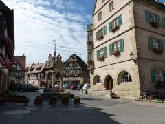 Hôtel de ville - Français:   Place de l\'hôtel de ville avec le puits à six seaux