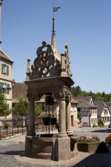 Puits à six seaux - English: la place de l'Hôtel de Ville; Boersch; Alsace, Bas-Rhin, France; ref: PM_050038_F_Boersch; Puits à six seaux; 1617; Photographer: Paul M.R. Maeyaert; www.pmrmaeyaert.eu, © Paul M.R. Maeyaert; pmrmaeyaert@gmail.com; Cultural heritage; Europe/France/Boersch; LoCloud selectie