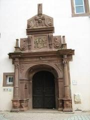 Hôtel de ville - Français:   portail arrière de la chancellerie (rue de la chancellerie) à Bouxwiller (67). France.