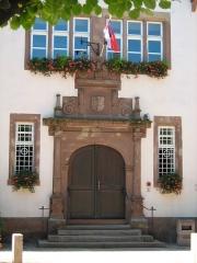 Hôtel de ville - Français:   Portail avant de la Chancellerie (Mairie) de Bouxwiller, Basse Alsace, France