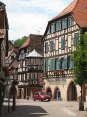 Maison - Français:   vue sur la maison du receveur ecclésiastique et la laube de Bouxwiller (67) France