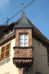 Maison - Deutsch: Haus mit Erker, 46 Grand-Rue, in Bouxwiller im Département Bas-Rhin (Region Alsace-Champagne-Ardenne-Lorraine/Frankreich)