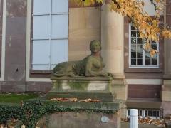Ancien château Klinglin - English: Sphinx devant le Pavillon Joséphine. Parc de l'Orangerie, Strasbourg.