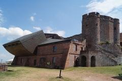 Forteresse - Deutsch: Burg Lichtenberg im Elsass, Ansicht des neuzeitlichen Arsenals und des mittelalterlichen Bergfrieds.