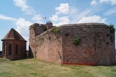 Forteresse - Deutsch: Burg Lichtenberg im Elsass, zentraler Burgfelsen rechts und Kapelle links