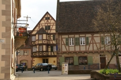 Maison - English: Place du Général de Gaulle at the town of Marmoutier in Alsace (France). In the background, the local museum.