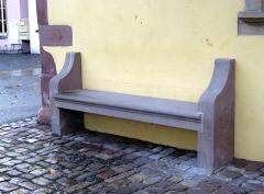 Maison - Deutsch: alte Sitzbank, Rue du Général Leclerc in Marmoutier, mit geschwungenen Seitenwangen