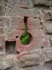 Ruines du château Guirbaden - English: Balistraria next to the East entrance door of the castle of Girbaden, Bas-Rhin, France