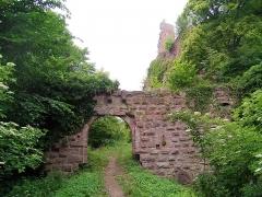 Ruines du château Guirbaden - English: Entrance of the castle of Girbaden, Bas-Rhin, France